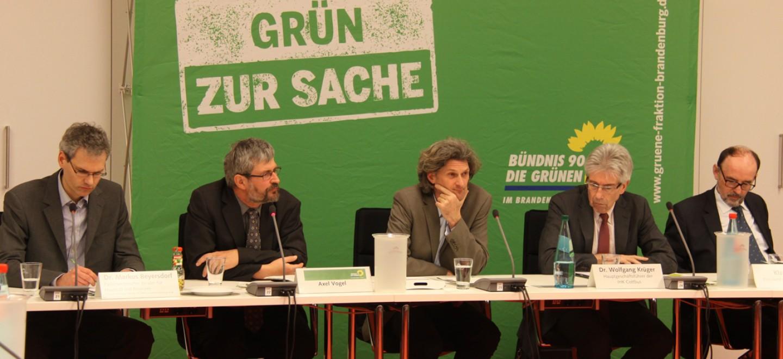 Auf dem Podium: Dr. Markus Beyersdorf, Axel Vogel, Thomas von Gizycki, Dr. Wolfgang Krüger und Klaus Aha (v.l.n.r.) © Fraktion