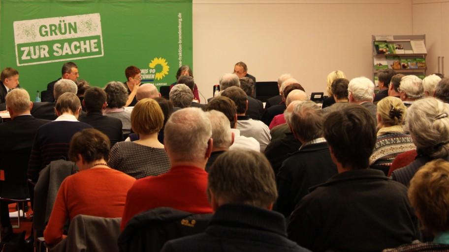 Publikum und Podium auf einen Blick