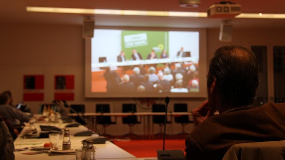 Aufgrund des großen Interesses wurde das Symposium in einen weiteren Raum live übertragen. © Fraktion