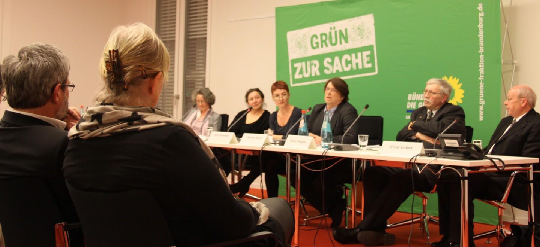 Katharina Doyé, Sibylle Schönemann, Carla Kniestedt, Christian Booß, Rainer Wagner und Claus Ladner (v.l.n.r.) vor dem Publikum © Fraktion