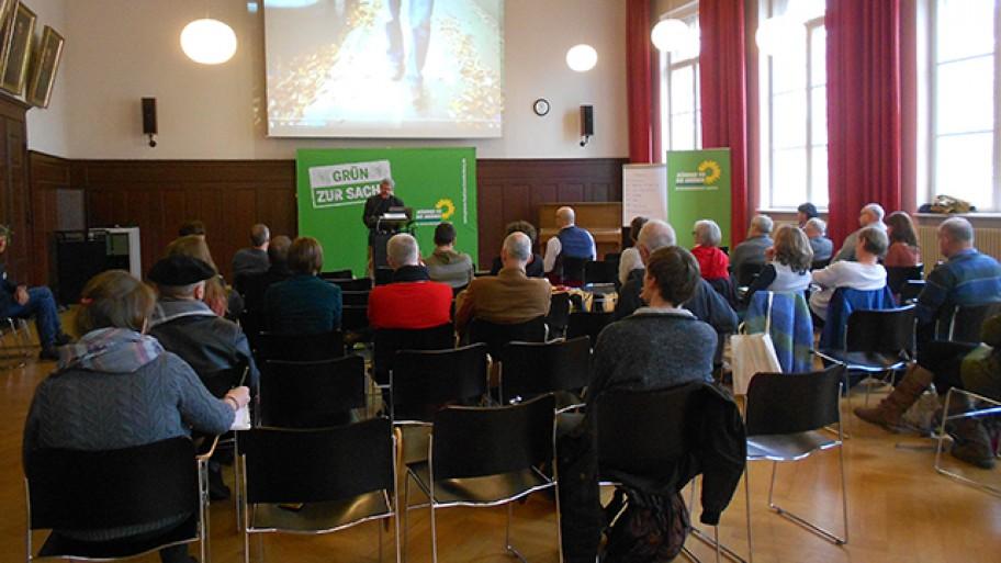 Axel Vogel hält die Begrüßungsrede beim Workshop zur Solidarischen Ökonomie, Foto: Seema Mehta/Fraktion