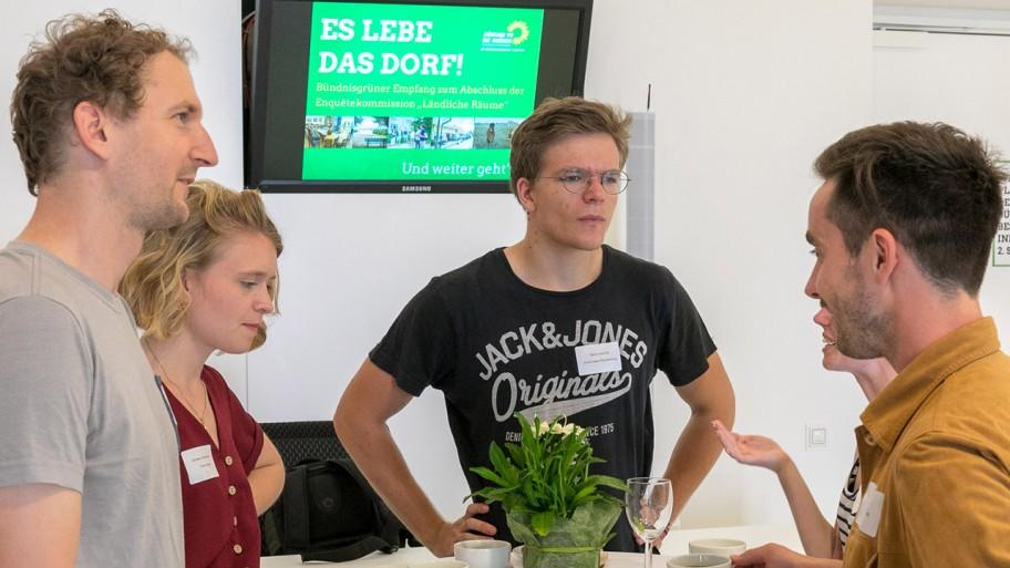 Vier Gäste im Gespräch beim Empfang © ideengruen.de/Markus Pichlmaier