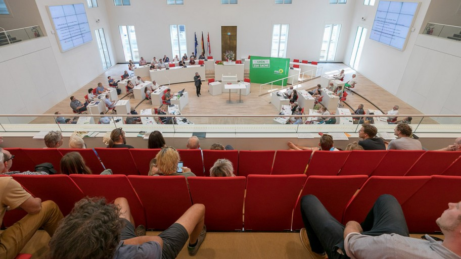 Bild des gefüllten Plenarsaals zum Abschlussempfang der Enquete Ländliche Räume © ideengruen.de/Markus Pichlmaier