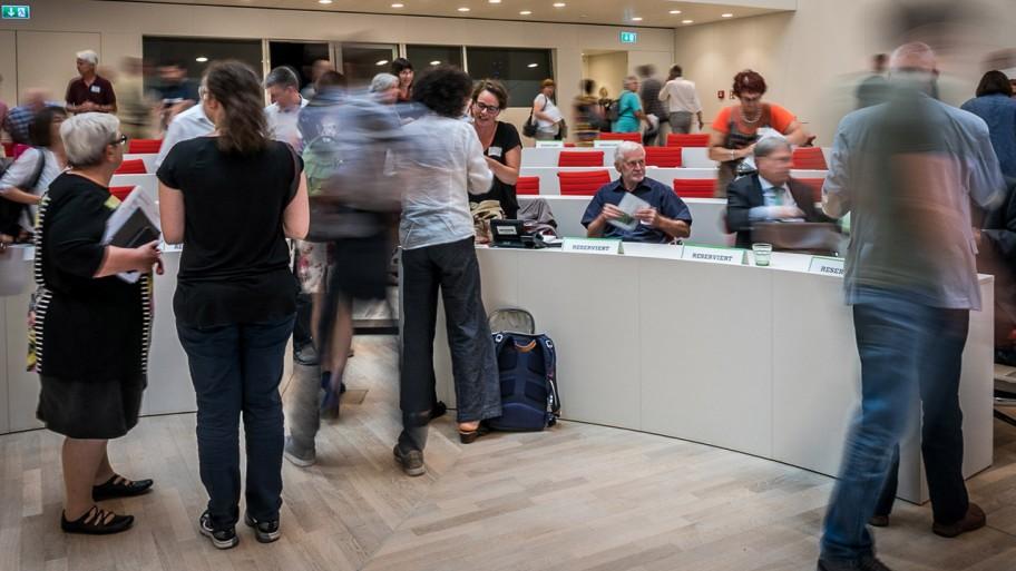 Ende des Arbeitsgruppe beim Empfang. Die Gäste verlassen den Plenarsaal. © ideengruen.de/Markus Pichlmaier