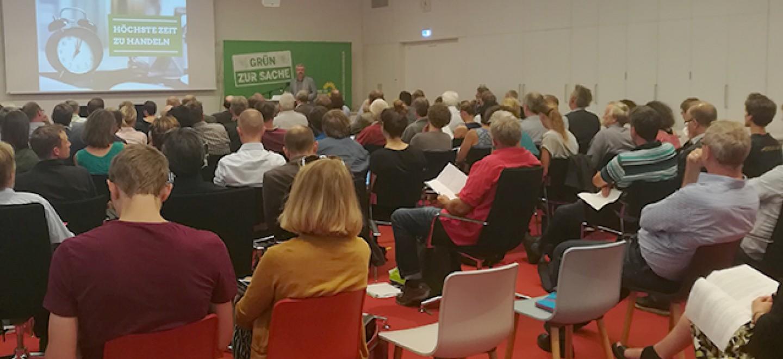 Volles Haus beim Fachgespräch zu unserem Entwurf eines Agrarstuktur-Gesetz. Axel Vogel refereriert.
