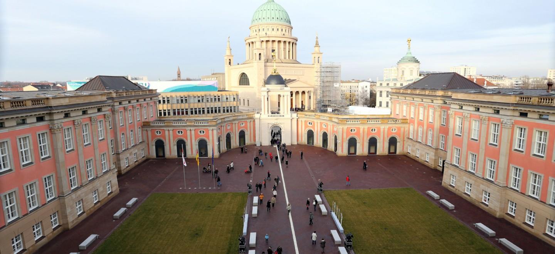 Blick von der Dachterrasse des Landtags auf den Hof und die Nikolaikirche © Dr. Guido Sutthoff