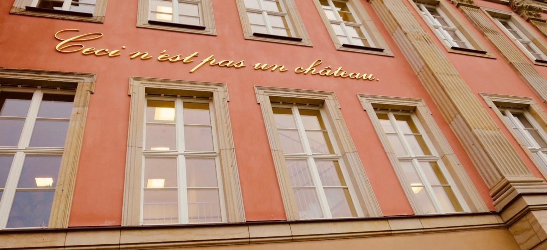Ceci n'est pas un château. Schriftzug am Landtag