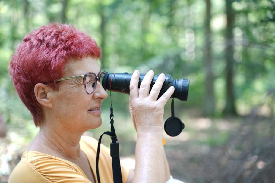 Carla Kniestedt schaut durch ein Fernglas