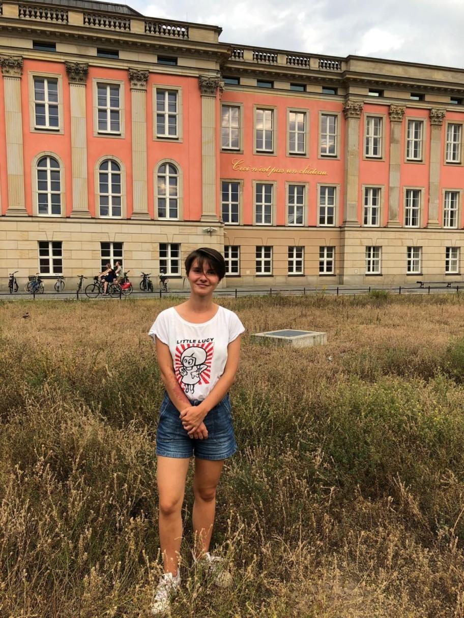 Porträt von Charlotte Kruppa vorm Brandenburger Landtag.