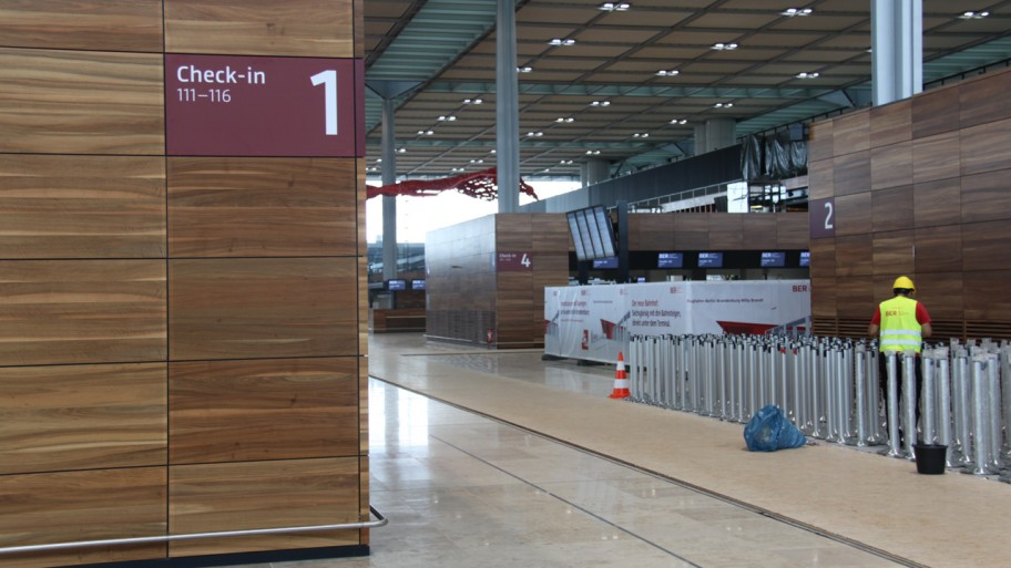 Flughafenbesuch BER: Leere Abfertigungshalle © T.v. Gizycki / Fraktion