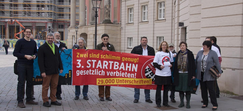 Demo vor dem Landtag gegen eine dritte Startbahn am BER am 14.1.2015 © Seema Mehta/Fraktion