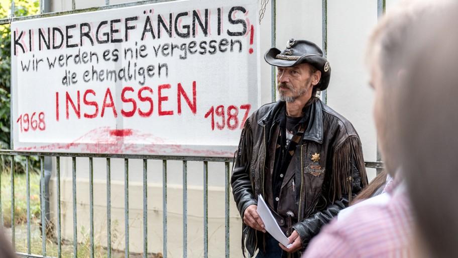 Einweihung der Gedenktafel des Kindergefängnisses Bad Freienwalde mit Roland Herrmann © www.ideengruen.de/markus pichlmaier