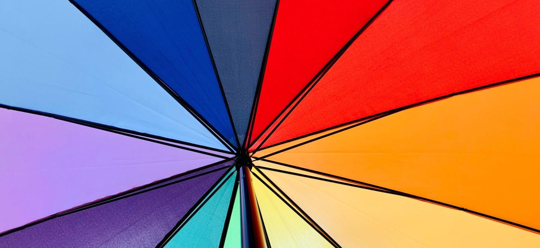 Regenschirm in Regenbogenfarben