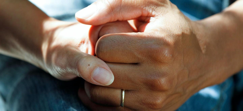 Zwei Hände berühren sich