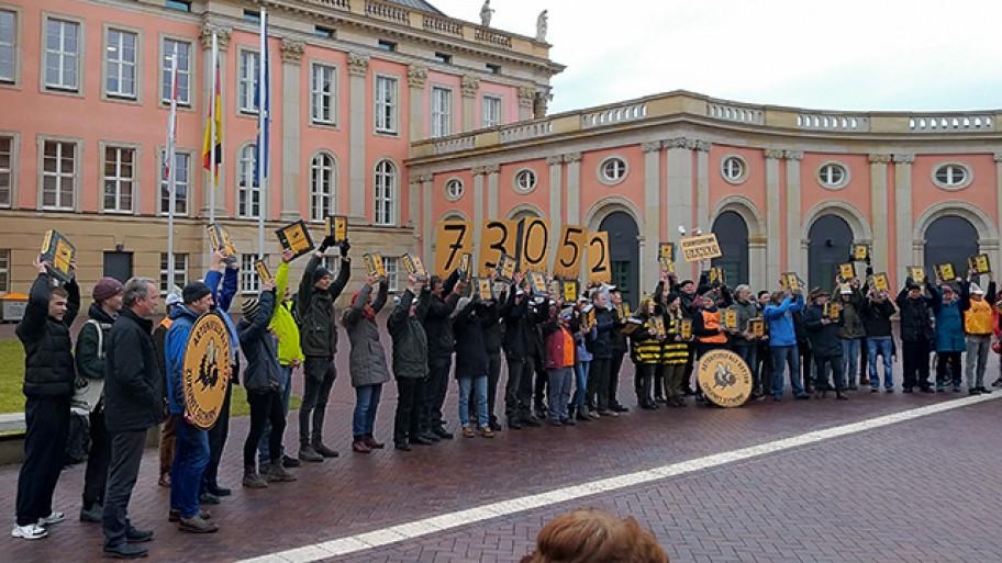 """Die Volksinitiative """"Artenvielfalt retten"""" übergibt mehr als 70.000 Unterschriften an die Vize-Landtagspräsidentin. Hier stehen die Unterstützer*innen im Landtagsinnenhof. © M. Mangold / Fraktion"""