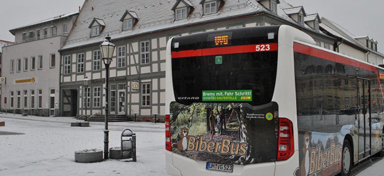"""Linienbus in der Uckermark mit Werbung für den """"Biberbus"""" auf dem Michael Jungclaus abgegildet ist © Klaus Pape"""