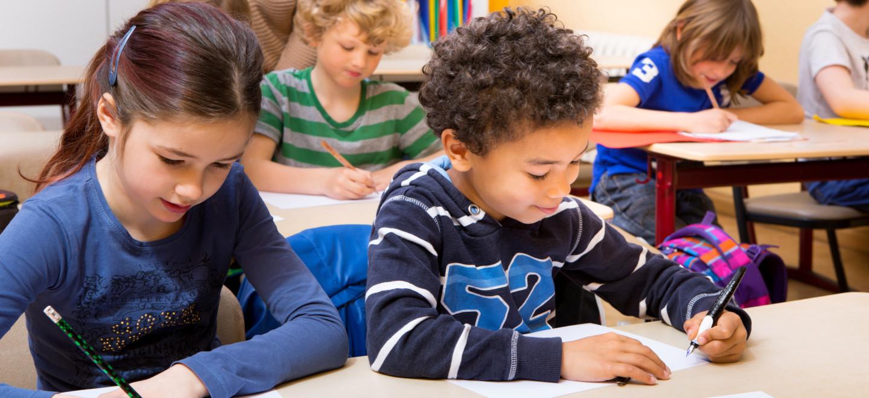 Kinder lernen in der Schule